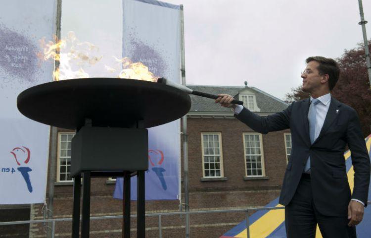 Minister-president Mark Rutte ontsteekt het Bevrijdingsvuur in Breda, 2012 - cc