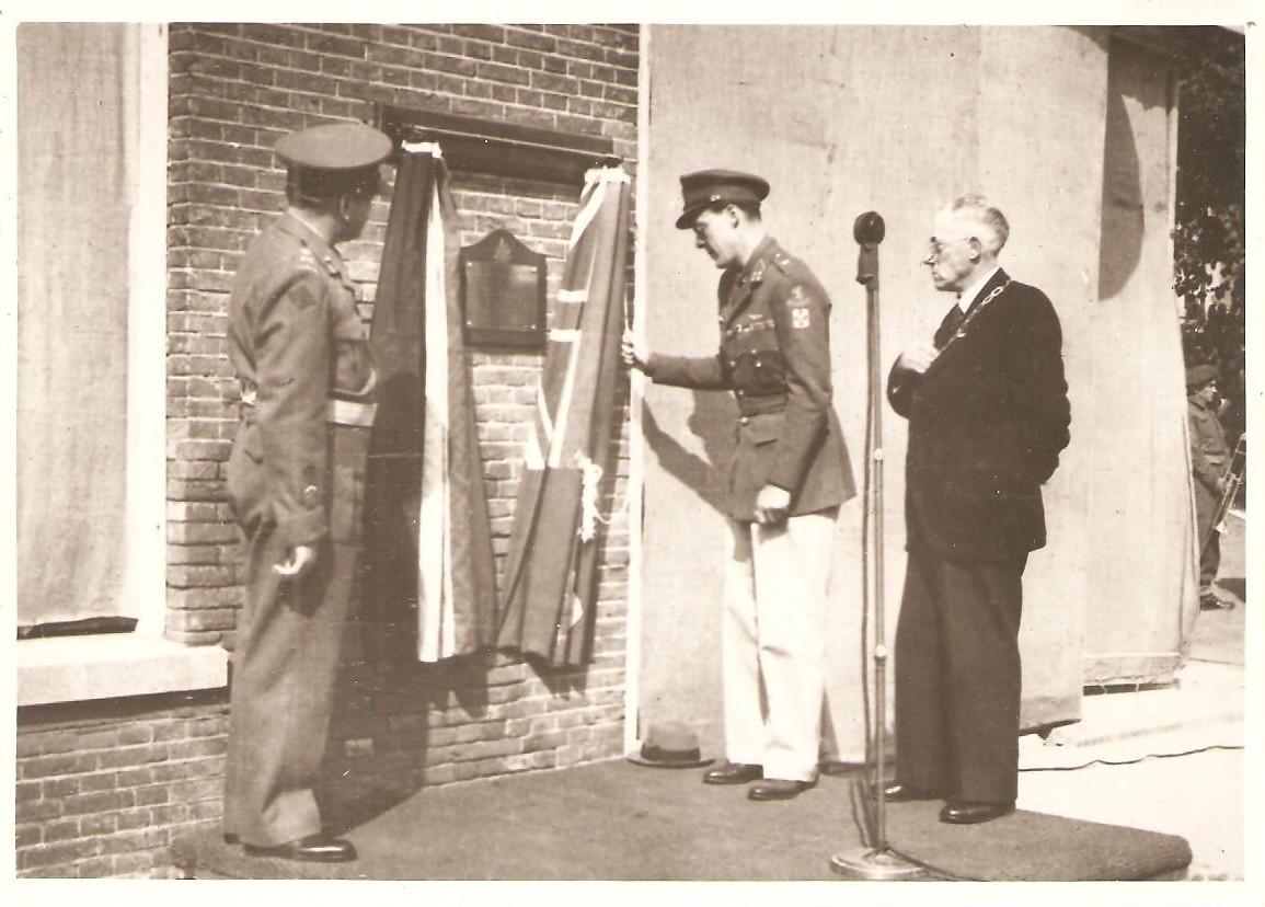 Onthulling van de door generaal Foulkes geschonken plaquette aan de muur van hotel 'De Wereld' door prins Bernhard, 9 juli 1945 in aanwezigheid van generaal Foulkes en burgemeester Van der Weide.