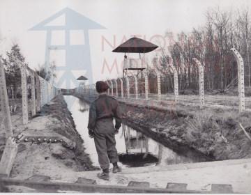 Canadese soldaat bij de spoorlijn van Kamp Vught