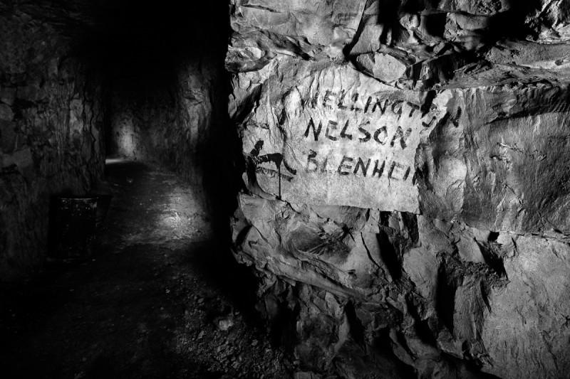 Richtingaanwijzers en straatnamen hielpen soldaten de weg vinden in ondergrondse gangenstelsels. © Jeffrey Gusky