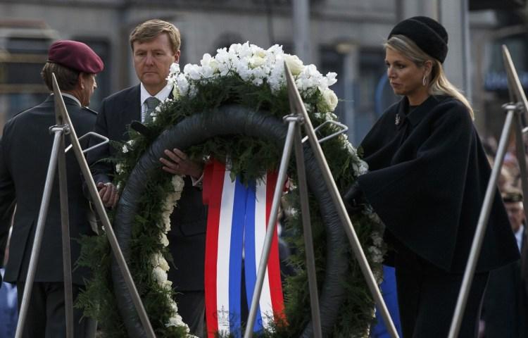 Kranslegging door koning Willem-Alexander en koningin Máxima tijdens Dodenherdenking (Nationaal Comité)