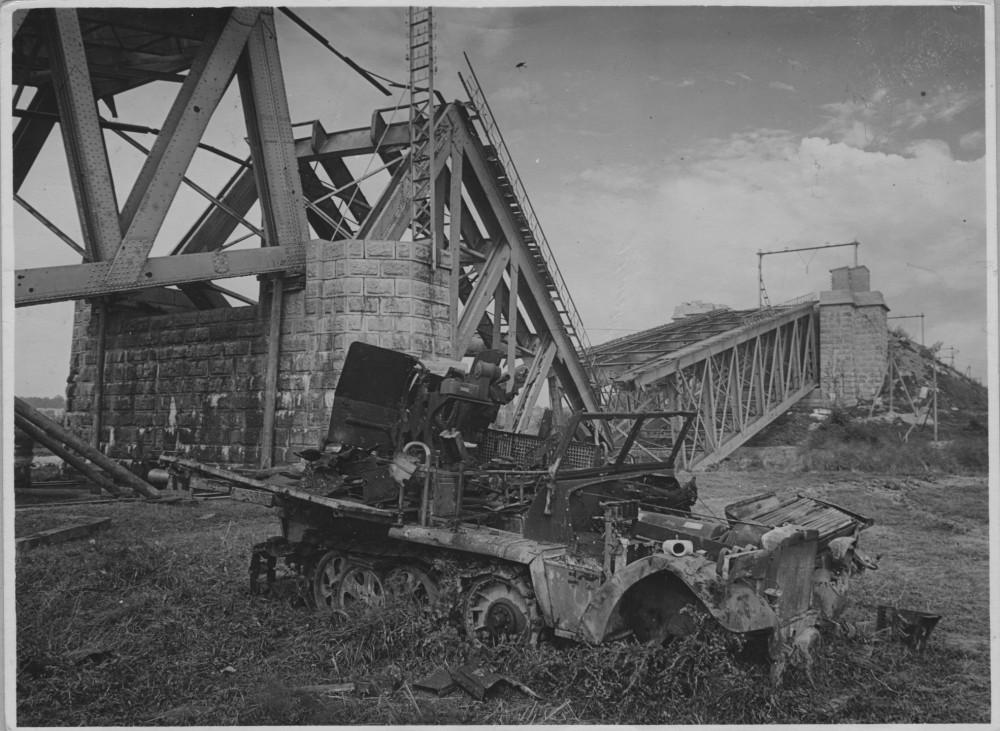 Spoorbrug bij Oosterbeek met kapotgeschoten Sonderkraftfahrzeug. Gelders Archief, nr. 1579-15. Foto: D. Renes | 1945