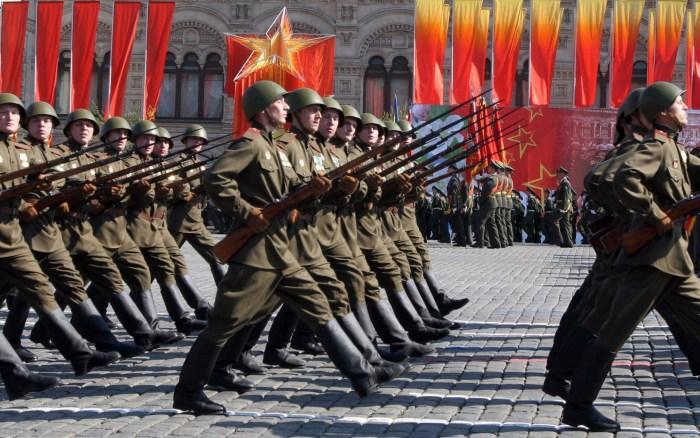 Deelnemers van de parade in historische tenues