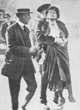 Emmeline Pankhurst bij arrestatie in mei 1914