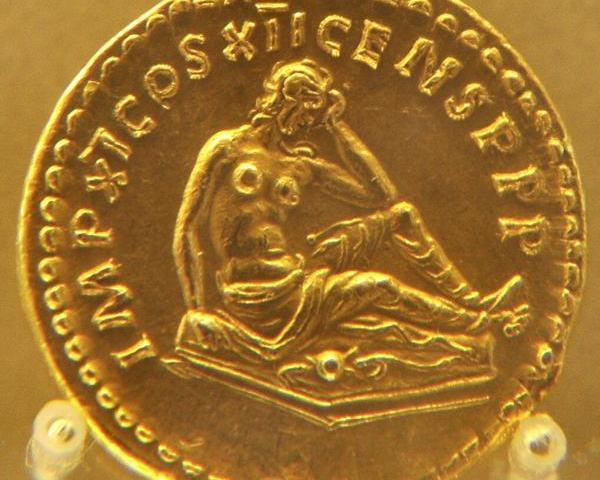 Romeinse munt met een huilende Germaanse vrouw. De Romeinen hebben de Germanen verslagen, de mannen gedood en de vrouwen in rouw achtergelaten.