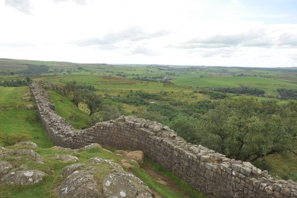 De stenen muur in Engeland (Walltown Crags)