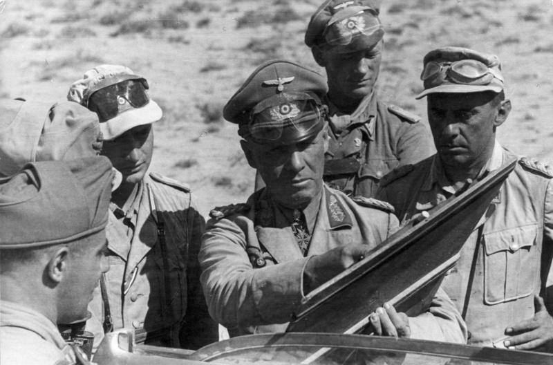 Rommel met zijn staf in Afrika, juni 1942. Bron: Bundesarchiv Bild, Duitsland.