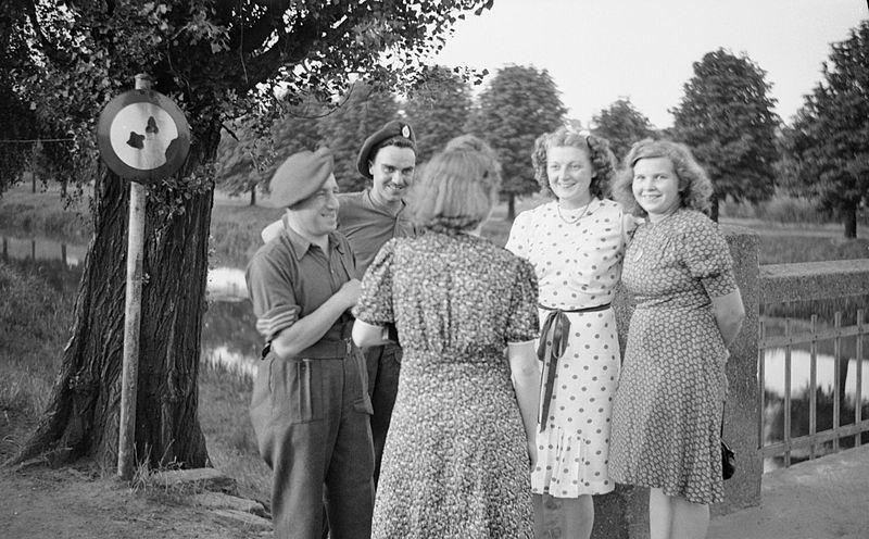 Britse soldaten kletsen met Duitse meisjes, 16 juli 1945 (IWM)