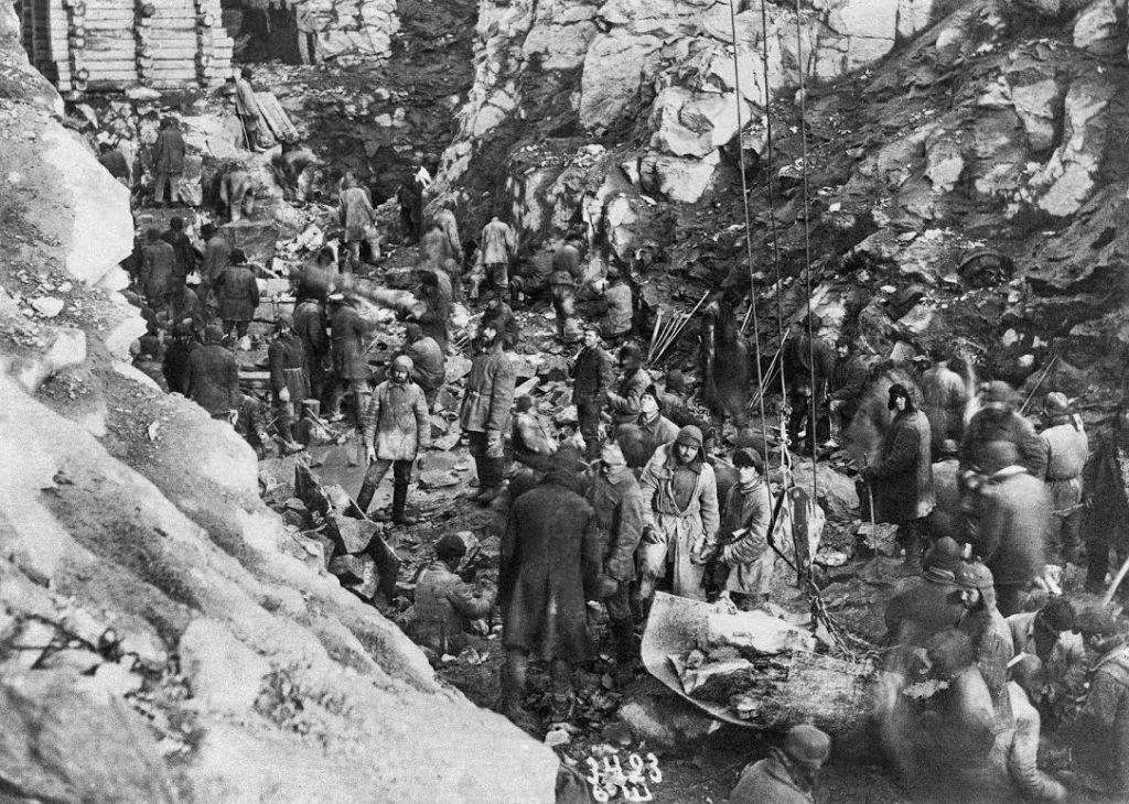 Gevangenen graven met blote handen het Witte Zee kanaal - Collectie Thomas Kizny