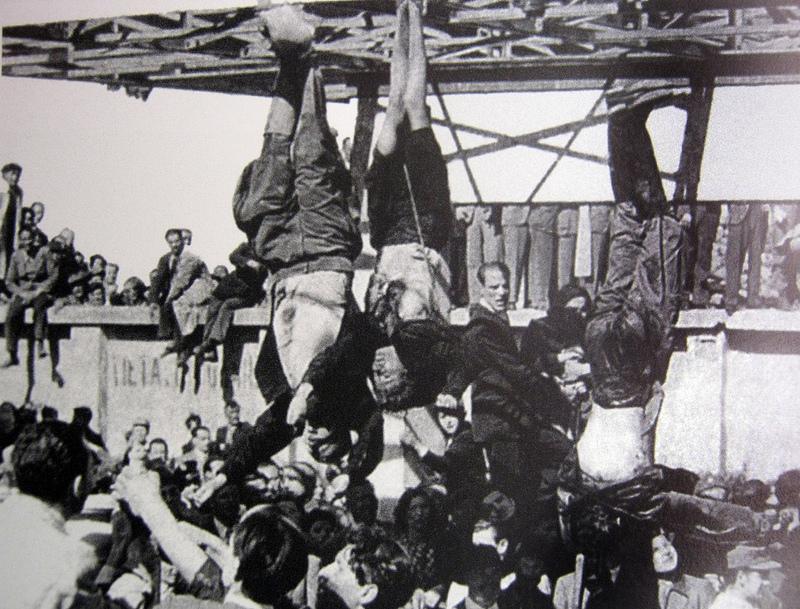 De geëxecuteerde Mussolini en Petacci hangen ondersteboven in Milaan. Bron: Wikipedia