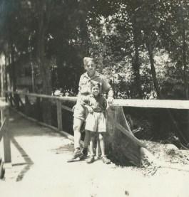 Evert-Jan Nijboer poseert voor de foto samen met een Indonesisch jongetje