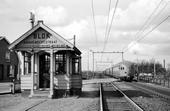Blokpost Arnhemschestraat op zijn originele plek in Elst, foto Kees van de Meene