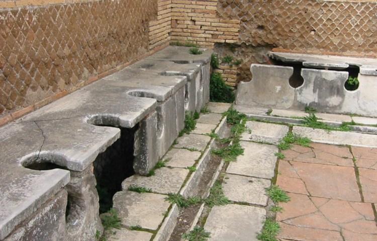 Ruïnes van de openbare wc's van Ostia, de haven van Rome