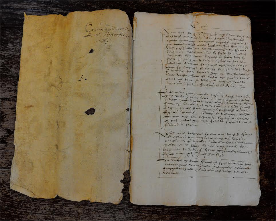 Het eerste document over de vervolgingen in Peelland, de melding van de smaadklacht van Margriet Brycken uit Soerendonk. Op het linkervel staat 'Cranendonck Buel Maerheze', rechts begint het met de mededeling dat Margriet zich op 14 juni 1595 bij drossaard en schepenen heeft gemeld omdat ze zich wil verweren tegen de beschuldiging dat ze een tovenares is.