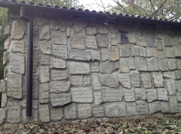 Joodse grafstenen herplaatst bij Joodse begraafplaats.