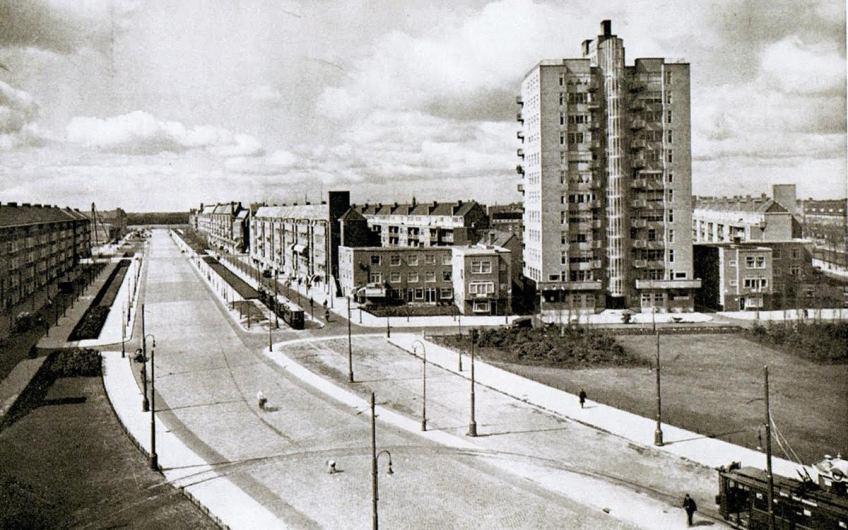 Ansichtkaart van het Amsterdamse 'Twaalfverdiepingenhuis', Nederlands eerste flat.
