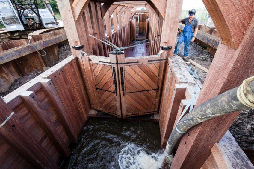 Water teruggepompt in de sluis (Rottemeren)