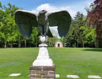 Beeld van een adelaar op landgoed Huis Doorn, met op de achterzijde het mausoleum van de keizer (Kevin Prenger)