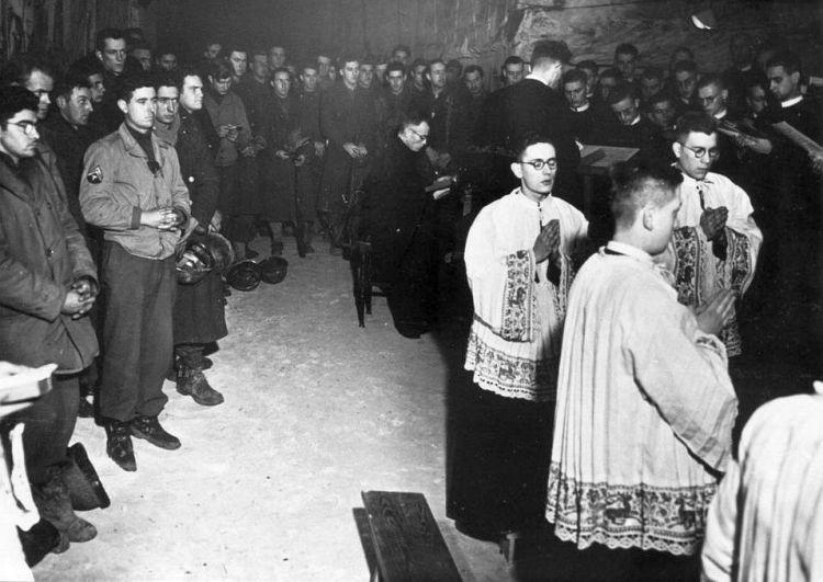 Amerikanen en Maastrichtse broeders vieren samen de nachtmis in groeve De Schark. © shak1944