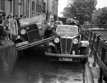Ongeluk op de Oudegracht in Utrecht, juli 1935 (Van der Werf - Utrechts Archief)
