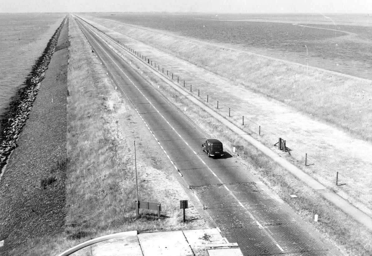 De Afsluitdijk in 1952. De strook rechts van de rijbaan was oorspronkelijk bedoeld voor de spoorweg (foto Nieuw Land Erfgoedcentrum)