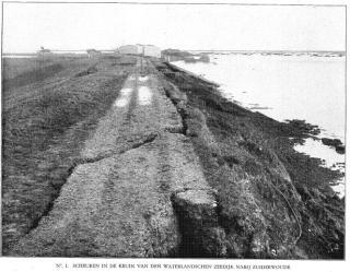 Scheuren in de Zuiderwouder zeedijk na de storm. (Rapport Rijkswaterstaat 1916)