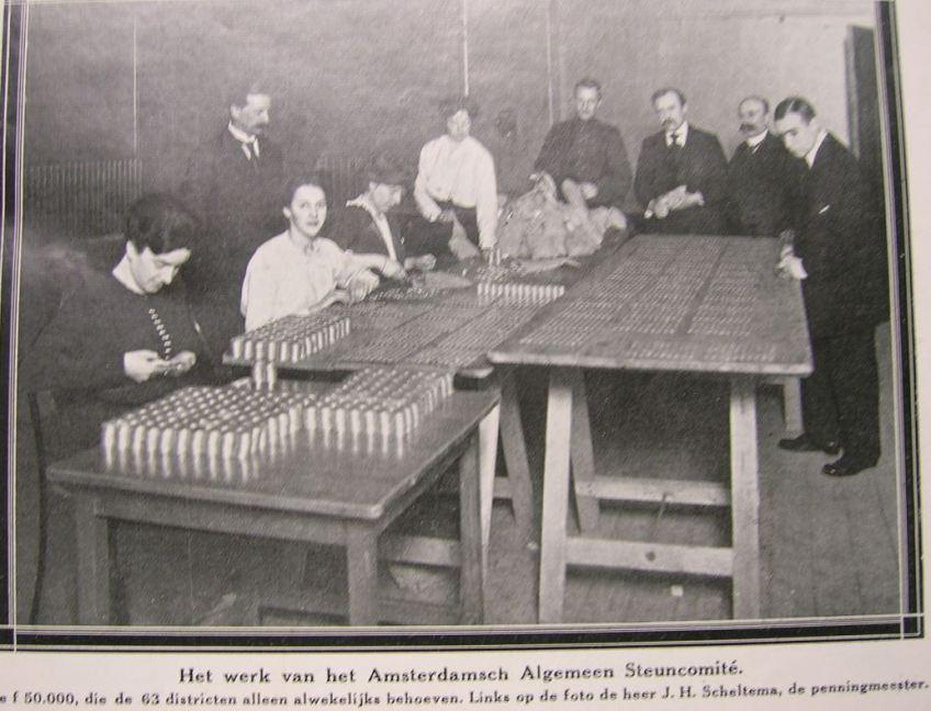 Medewerkers van het Amsterdamsch Algemeen Steuncomité tellen geld uit voor de uitbetaling aan hulpbehoevenden. Uit: Het leven, 12 januari 1915