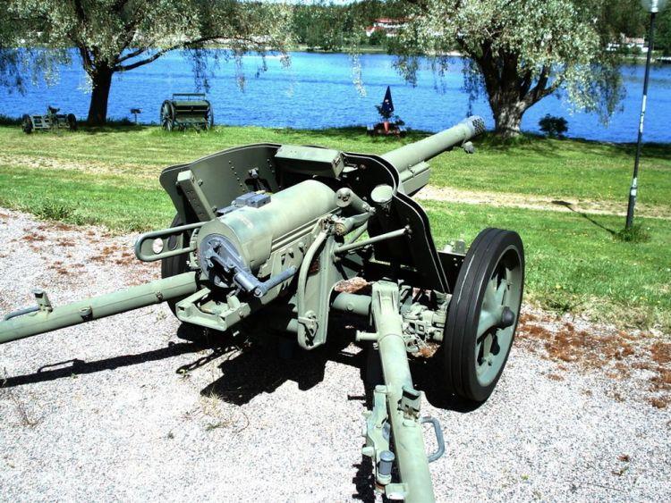 "Tekst: ""French 75 mm M1897 gun mounted on carriage from the 50 mm M1938 anti-tank gun"" -Hämeenlinna Artillery Museum (foto: wiki , upload van Balcer)"