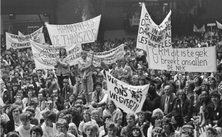 Manifestatie in de Houttusthallen in Den Haag tegen de bezuiniging in de gezinsverzorging, april 1982. (Nationaal Archief/Anefo/Hans van Dijk/cc by)