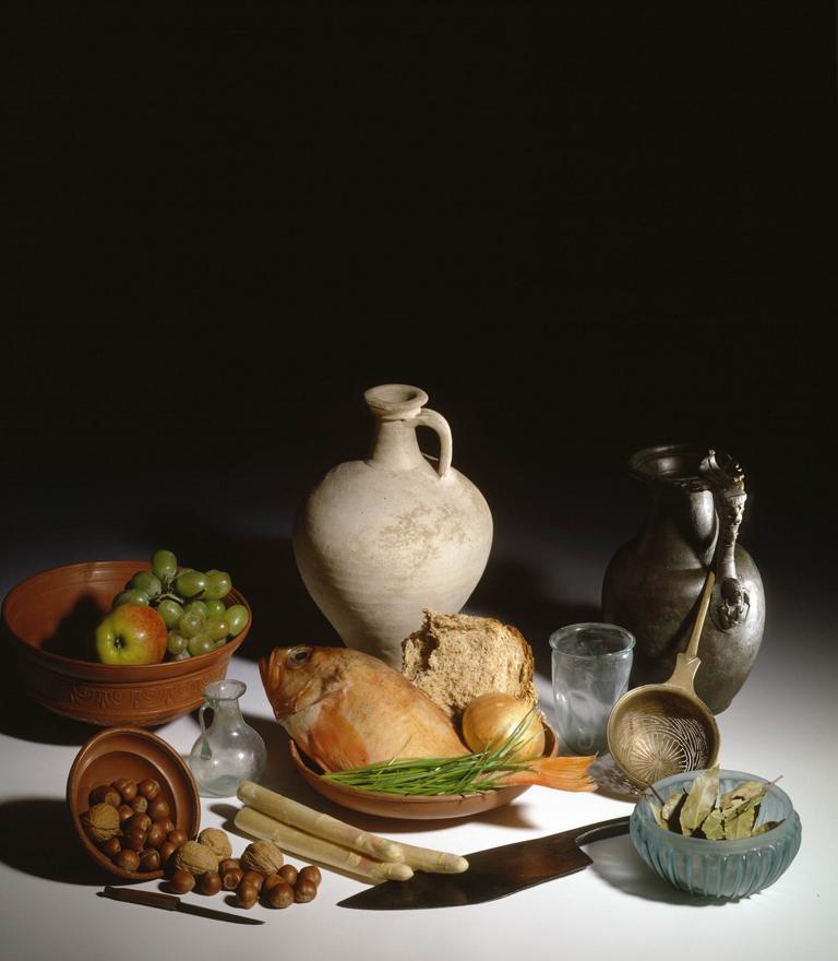 Stilleven met Romeins vaatwerk, gevonden in Gelderland, aangevuld met archeologisch aangetoond voedsel. De Romeinen hebben onze keuken verrijkt met tal van groenten, kruiden, noten en fruit. - © Rijksmuseum van Oudheden, Leiden