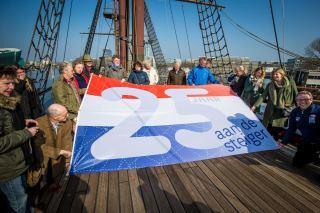 De speciale vlag ter gelegenheid van het 25-jarig jubileum