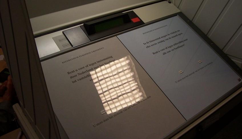 Referendum in Utrecht voor het Verdrag tot vaststelling van een Grondwet voor Europa alsmede de verruiming van de winkelsluitingstijden in 2006.