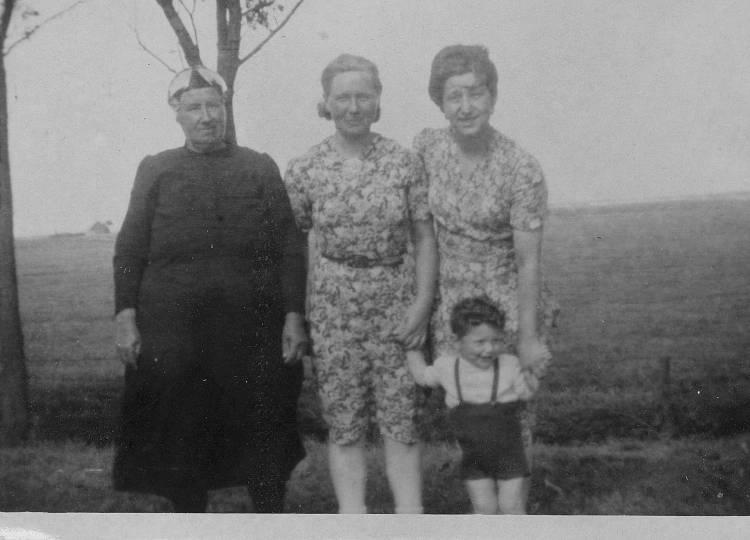 Betty (rechts) met haar onderduikgevers en haar zoontje Bert (onder)