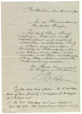 Voorzijde van het papier waarop kolonel Scharroo zijn antwoord geeft op het eerste ultimatum van Generalleutnant Schmidt. Meteen eronder begint Schmidt in het typisch Duitse Sütterlinschrift aan zijn eisen voor het tweede ultimatum.