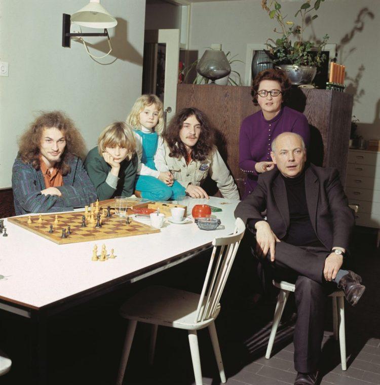 Familie Den Uijl, thuis in Amsterdam. Bron: Nationaal Archief/Spaarnestad (boek p.32,33)