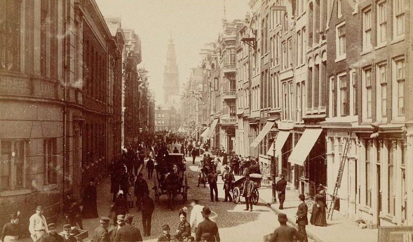 De Jodenbreestraat in 1884 vanaf de Portugese synagoge. Uiterst links het Anatomisch Laboratorium, in het midden de achterkant van de Mozes en Aäronkerk (Stadsarchief Amsterdam)