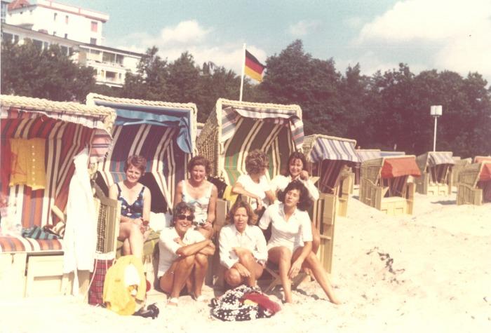 Enkele dames uit de buurt tijdens een uitje 1974 (mijn moeder zit links)
