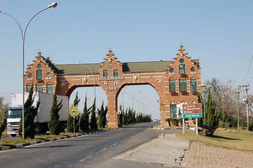 Het huidige poortgebouw van Holambra (foto auteur)