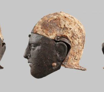 IJzeren gezichtshelm van een ruiter. De buitenkant van de helmkap was bedekt met vlechtbandversiering van paardenhaar. Het gezichtsmasker was oorspronkelijk verzilverd. Gevonden op het Kops Plateau in Nijmegen, midden van de eerste eeuw. (Valkhof)