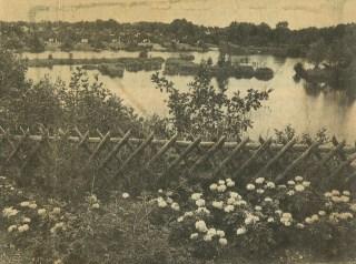 Zo'n typische jagershekje (Jägerzaun), met blik op de overzijde van het meer waar talloze vakantiehuisjes stonden.