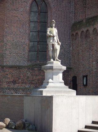 Beeld van Jan van Schaffelaar voor de toren in Barneveld - cc