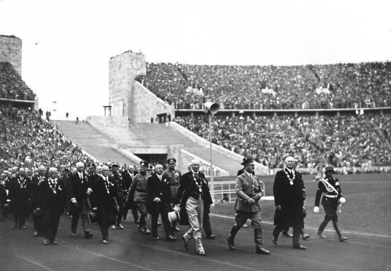 Hitler komt het stadion binnen tijdens de opening van de Olympische Spelen van 1936 – Bundesarchiv