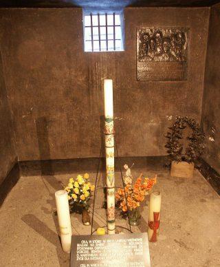 Kaars in de dodencel van Maximiliaan Kolbe in Auscwitz. Een geschenk van paus Johannes Paulus II