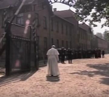 Paus Franciscus brengt bezoek aan Auschwitz (Still YouTube)
