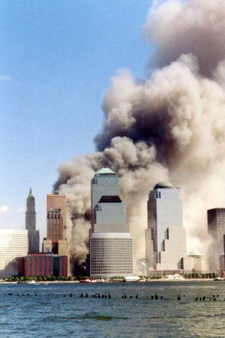 Het World Trade Center, kort na het instorten van de tweede toren