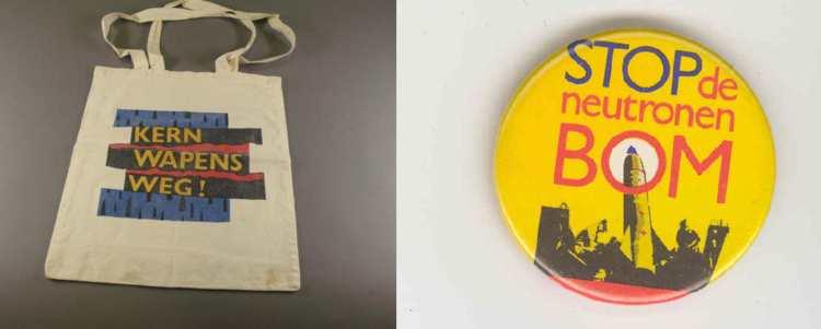 Katoenen protesttasje met de tekst 'Kernwapens weg!', ca. 1972, en protestbutton met de tekst 'Stop de neutronenbom', ca. 1978. Amsterdam Museum, KA 20256 en KA 22295.
