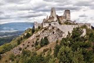 Ruïne van kasteel Čachtice. Bron: tripfreakz.com