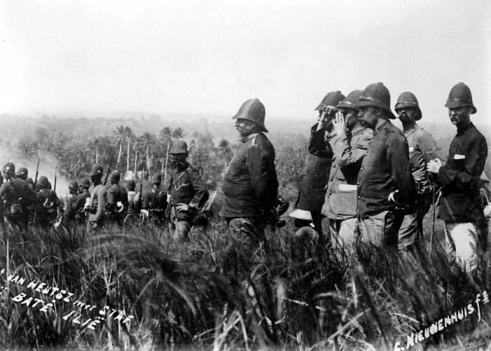 Generaal van Heutsz observeert de bestorming van Baté Ilië (Noord-Atjeh) op 3 februari 1901