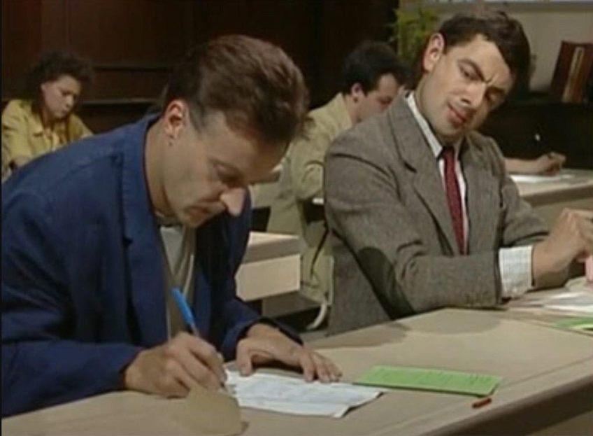 Mr. Bean kijkt af tijdens een examen