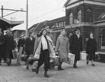 Aankomst Hongaarse vluchtelingen op Utrecht-Centraal, december 1956. Foto: Nationaal Archief